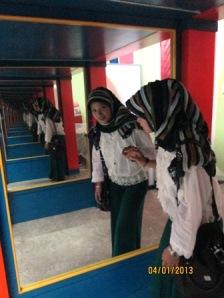 Salah seorang pengunjung di IPTEK Center yang mencoba Lorong Seribu Bayang. Sumber Foto: Sevly